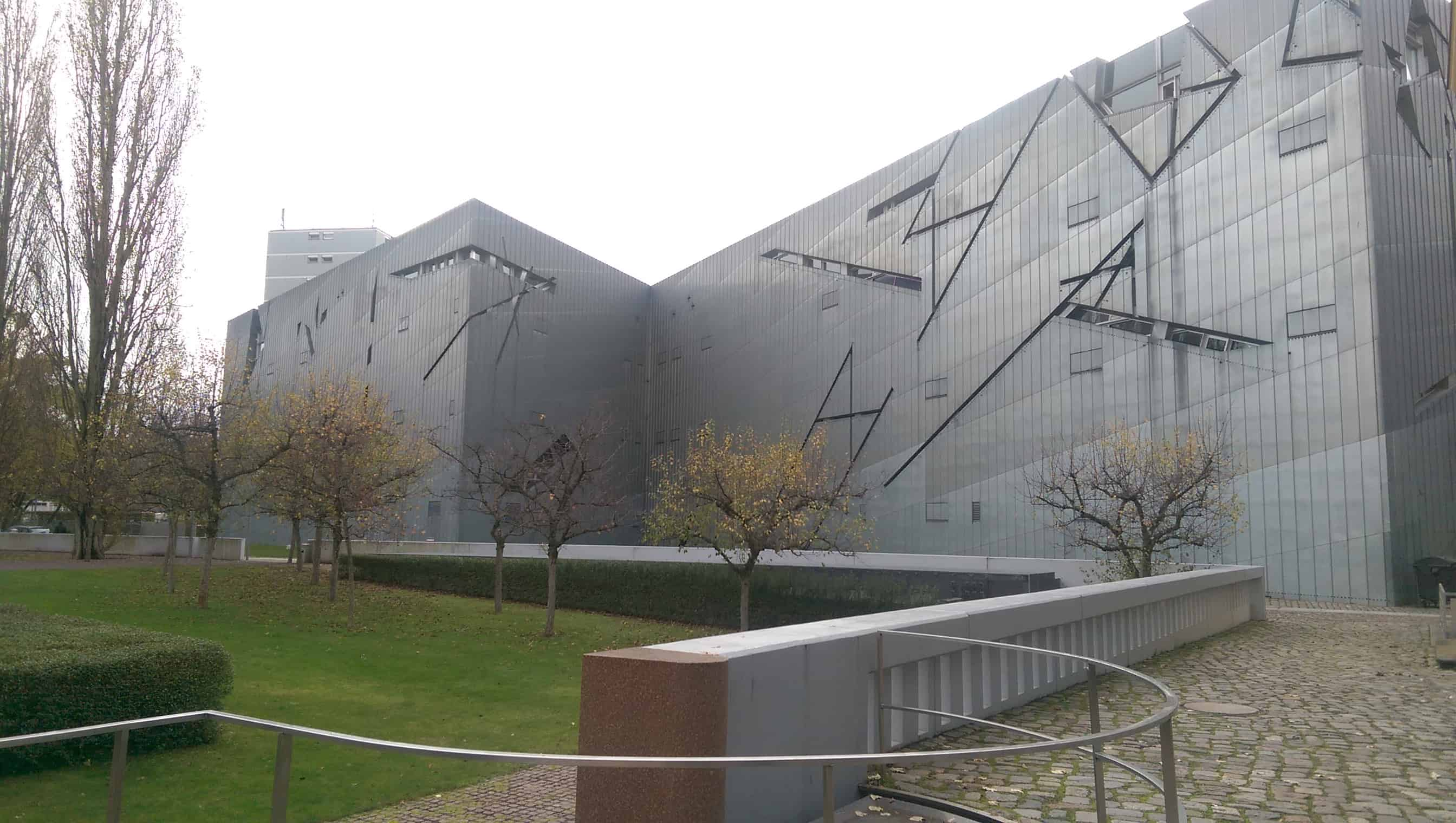 De prachtige gevel van het Joods museum in Berlijn