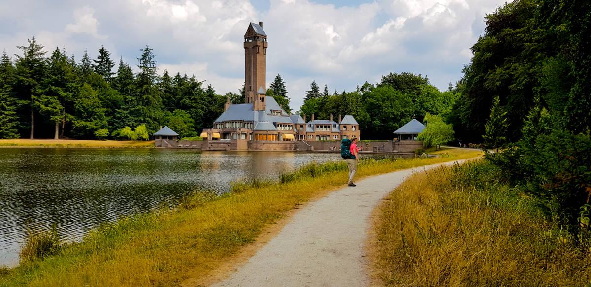 Jachtslot St Hubertus dichtbij - de Hoge Veluwe - Trekvogelpad - HappyHikers