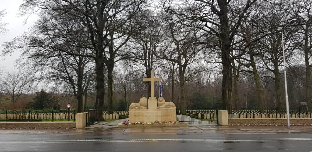 HappyHikers Rhenen naar Ede dwars over de Grebbeberg - Monument voor de Slag om de Grebbeberg