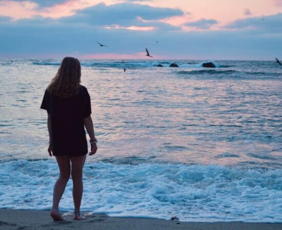 snachts over het strand wandelen - HappyHikers